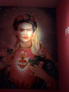 Nagyméretű plakáton a művésznő portréja. egyszerre mexikói és keresztény jelképpel